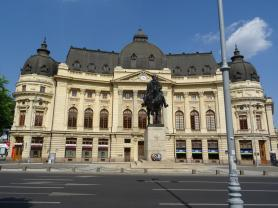 Universitätsbibliothek mit dem Denkmal von König Carol I