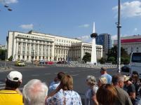 """ehemaliges ZK-Gebäude (Ceausescu letzte Rede!) mit dem Denkmal """"Streichholz mit Kartoffel"""""""