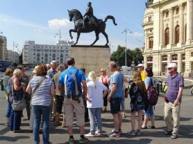 vor dem Denkmal König Karol I