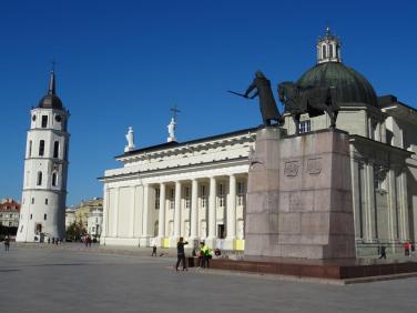 Vilnius; Kathedrale mit Glockenturm und Gediminas-Statue